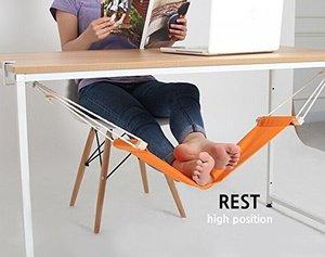 デスクワークで脚を休めるハンモック